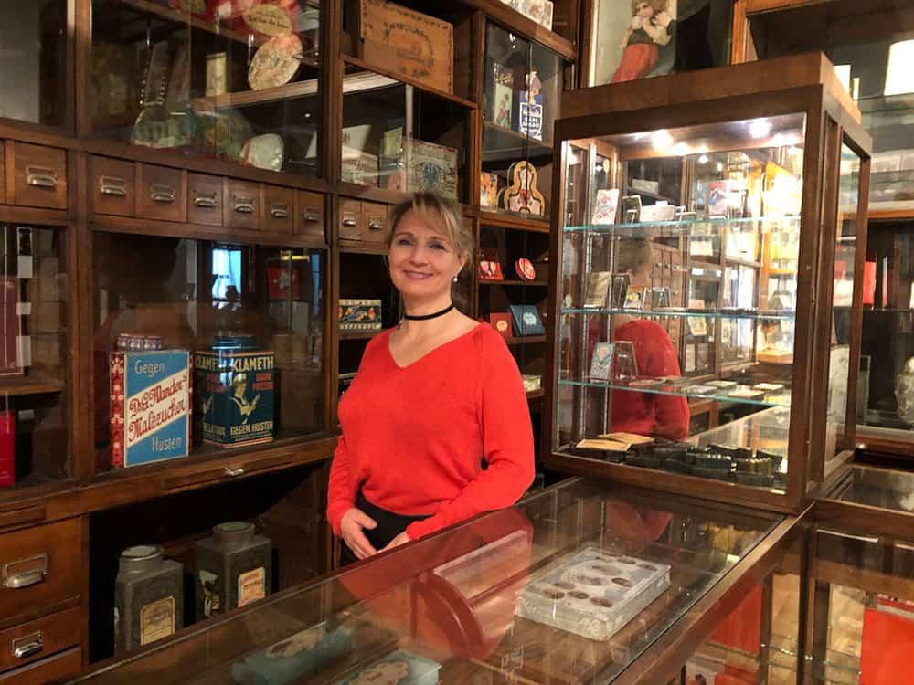 Meine Recherchen führen an interessante Orte. Diese historische Apotheke steht im Schokolademuseum in Köln. Schokolade galt früher als Medizin und wurde in Apotheken verkauft.